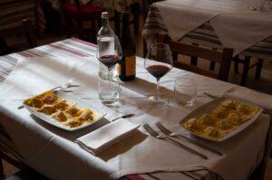 osteria-pecora-nera-tortiano-interno-tavolo
